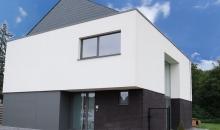 Witte crepi bij een alleenstaande moderne woning